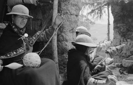 Women spinning wool, Juncal, Cañar, Ecuador; photo: Niels Fock/Eva Krener, 1973